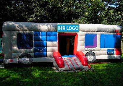 Hüpfburg in Form eines Busses mit eigenem Logo